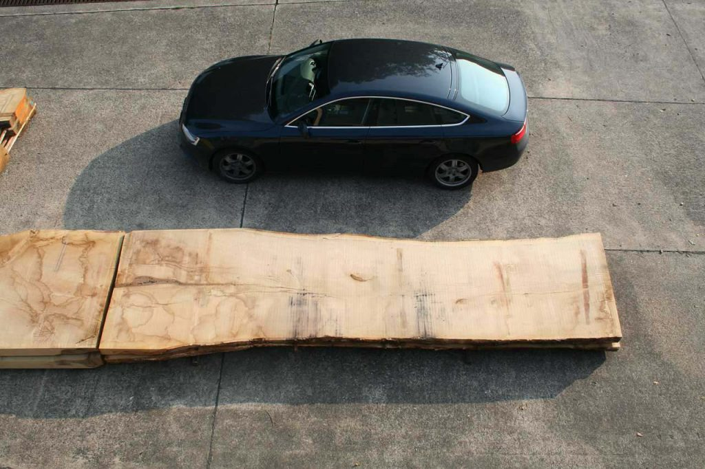 Größenvergleich einer rohen Eichentischplatte XXL mit einem Audi A5 Eiche XXL und Audi A5.jpg