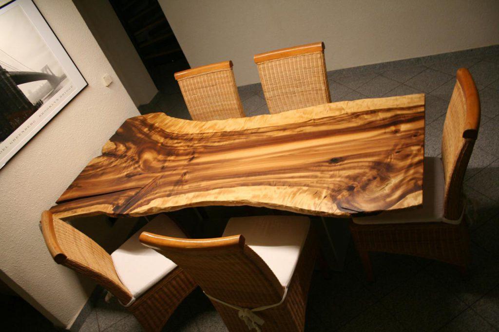 Golden Cherry Baumtisch.jpg Ein Kirschbaum extrem breit mit einer wilden Maserung wie gemalt
